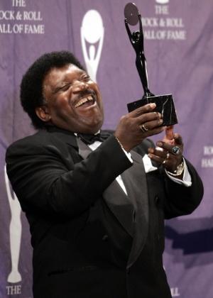 Percy Sledge empunha seu troféu depois de ser introduzido no Hall da Fama do Rock, em cerimônia em Nova York, em 2005