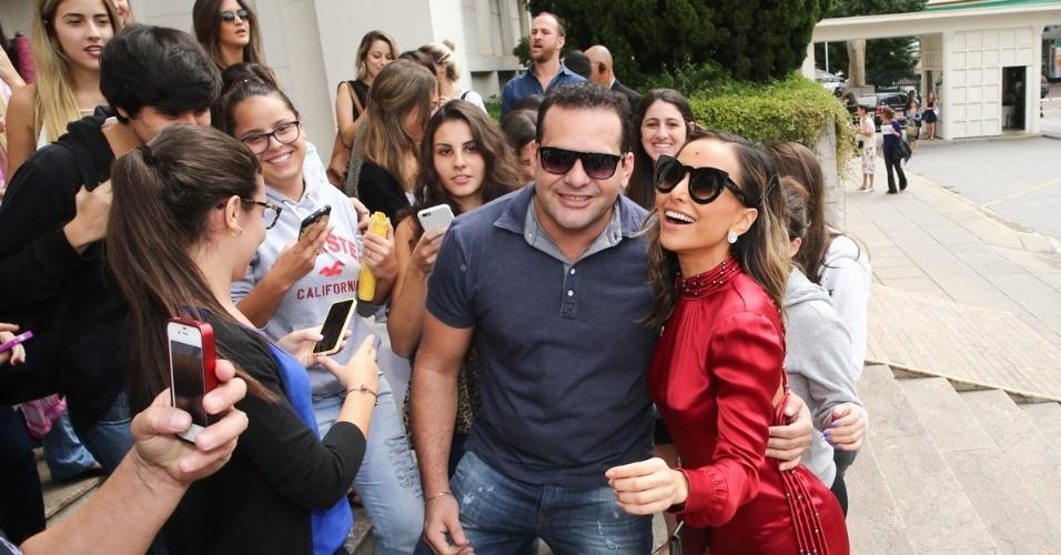 15.abr.2015 - Sabrina Sato é tietada e tira selfie com fã ao chegar à FAAP, em São Paulo, para acompanhar o desfile de Reinaldo Lourenço na SPFW