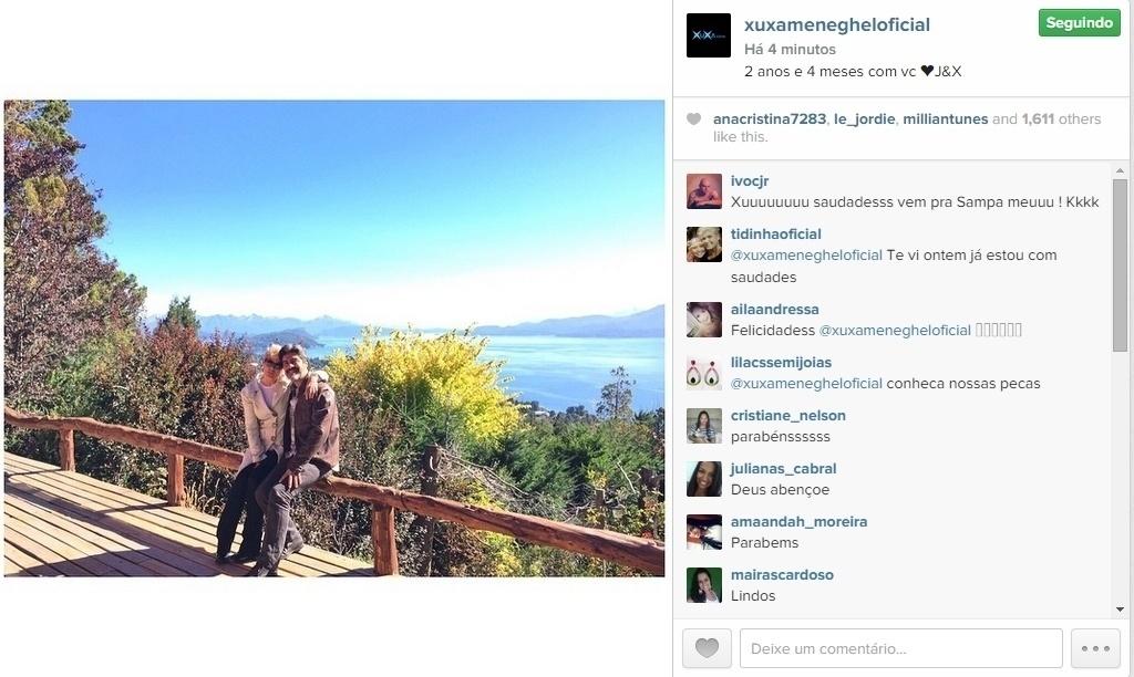 16.abr.2015 - Apaixonada pelo cantor Junno, Xuxa publicou em seu Instagram uma foto romântica ao lado do amado, na noite desta quinta-feira. Na legenda, comemorou o tempo de namoro: