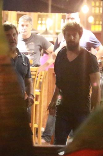 16.abr.2015 - Cauã Reymond,Juliana Paes e Antonio Calloni saem do restaurante na Barra da Tijuca ?RJ