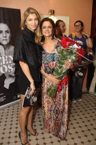 16.abr.2015 - Grazi tira foto ao lado de Marieta Severo após assitir a peça