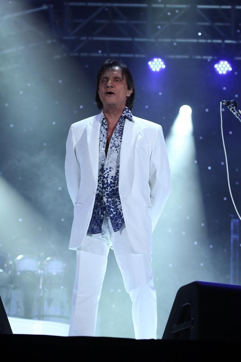 18.abr.2015- O cantor usou suas cores favoritas para iniciar a comemoração de seus 74 anos em São Paulo