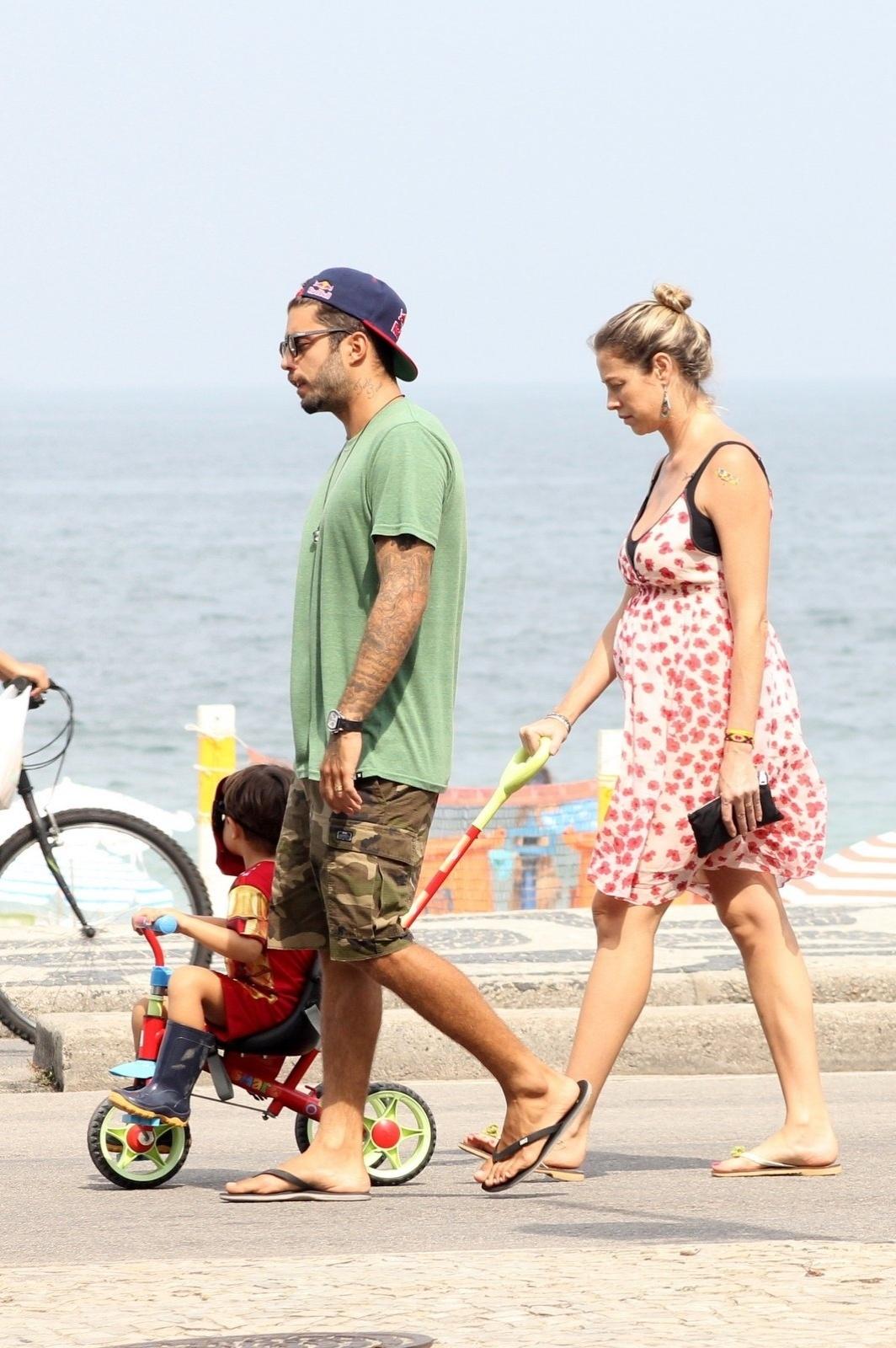 19.abr.2015 - Luana Piovani e Pedro Scooby reservaram algumas horinhas do domingo para passear com o filho Dom pela orla do Leblon, na zona sul do Rio de Janeiro