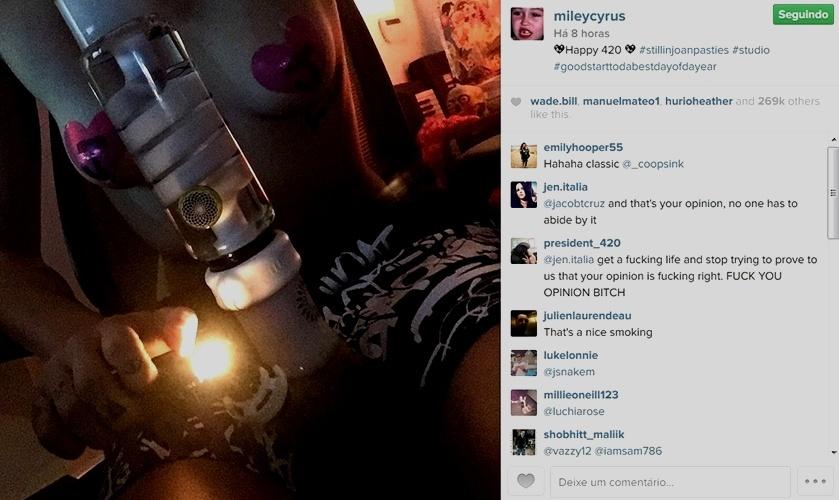 20.abr.2015 - Com adesivos nos seios, Miley Cyrus comemorou o Dia da Maconha compartilhando uma foto em que aparece com um bong, objeto usado para fumar a erva.