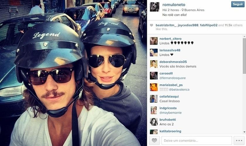 """20.abr.2015 - Rômulo Neto anda de moto com a namorada Cléo Pires em Buenos Aires. Na legenda da imagem, ele misturou português e espanhol: """"No rolê con ella"""""""