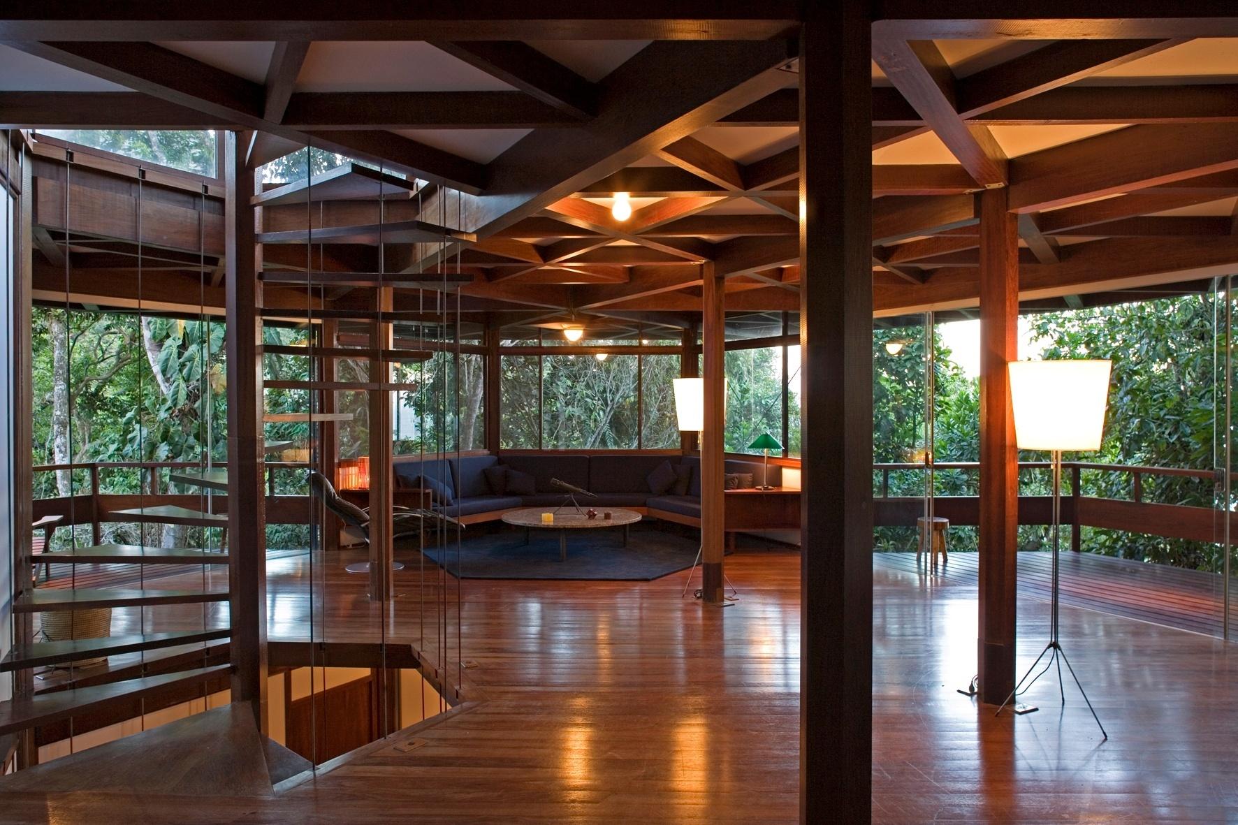 Deste ângulo vê-se a sala de estar ladeada por dois terraços em balanço e, em primeiro plano, o vazio da escada helicoidal (caracol). A casa Tijucopava foi projetada pelo arquiteto Marcos Acayaba
