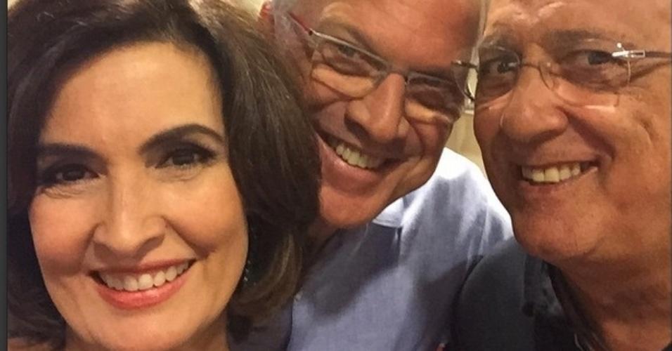 21.abr.2015- Fátima Bernardes faz selfie com Pedro Bial e Galvão Bueno nos bastidores do especial do