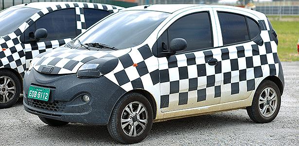 Duas unidades camufladas do novo QQ aguardam estreia na fábrica da Chery, em Jacareí (SP)