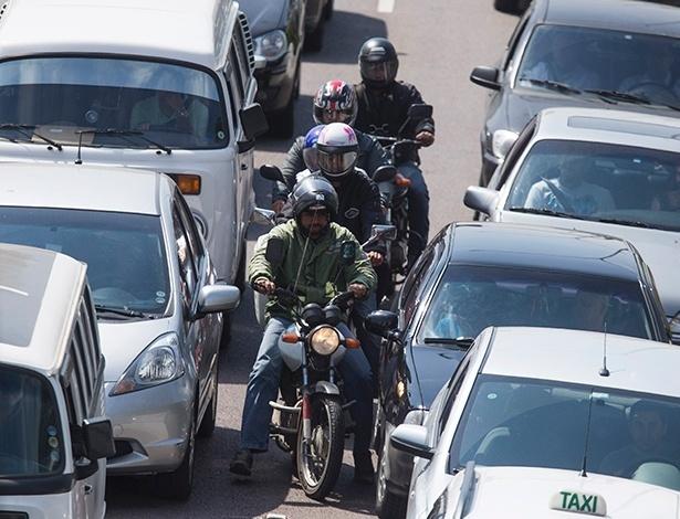 Em meio à busca por espaço no tráfego pesado, automóveis e motocicletas têm convivência que, por vezes, extrapola os limites do bom senso
