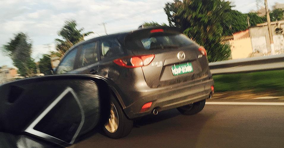 Unidade com placa de testes do SUV japonês Mazda CX-5 é visto em rodovia na cidade de Praia Grande (SP); marca que tem fábrica no México adia planos de ação no Brasil desde 2010