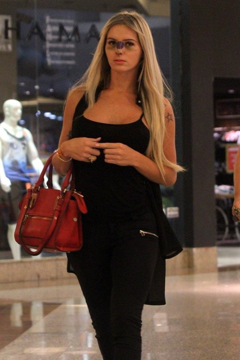 22.abr.2015 - Thalita Zampirolli foi fotografada com o nariz enfaixado e os olhos roxos enquanto entrava no posto da Policia Federal em um shopping no Rio de Janeiro. A modelo transexual impressionou o apresentador Silvio Santos durante participação no Jogo dos Pontinhos, em 19 de abril.