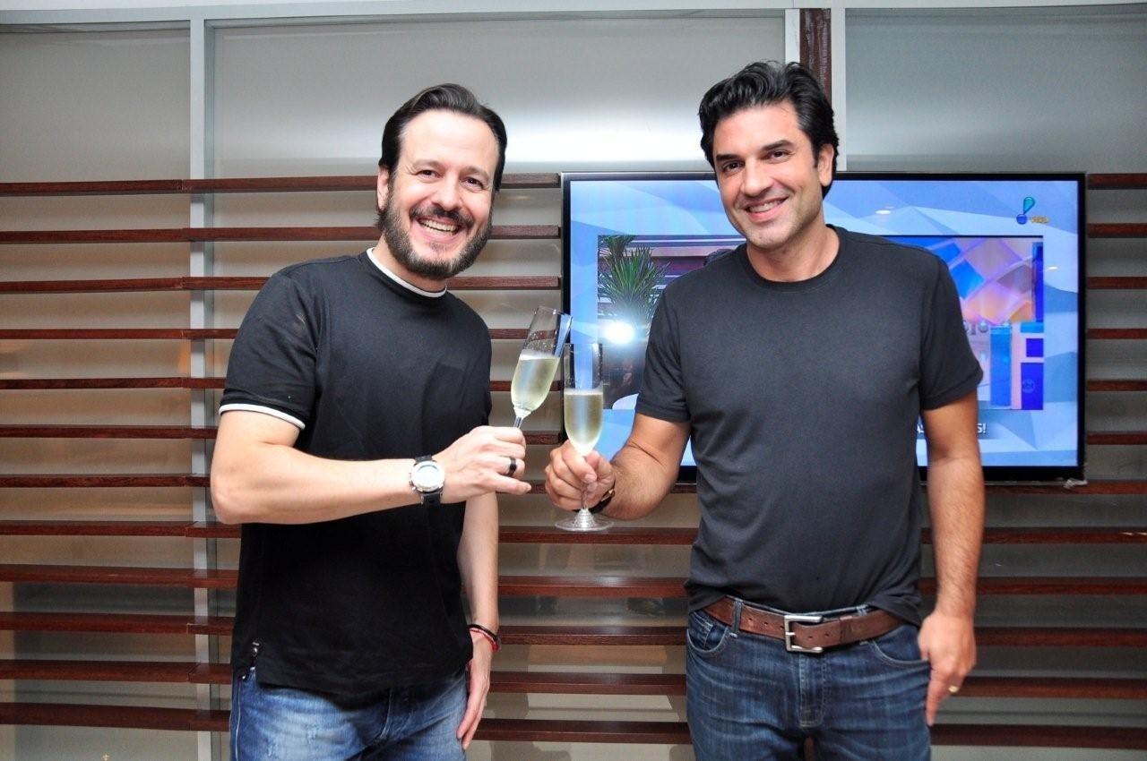 23.abr.2015 - Celso Zucatelli e Edu Guedes fazem brinde com champanhe após assinarem contrato com a RedeTV