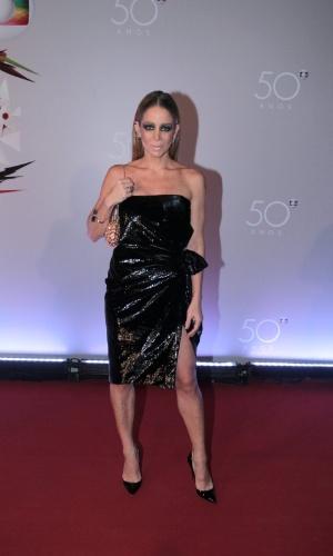 23.abr.2015 - Com maquiagem preta pesada nos olhos, Danielle Winits comparece ao Maracanãzinho para a festa dos 50 anos da TV Globo