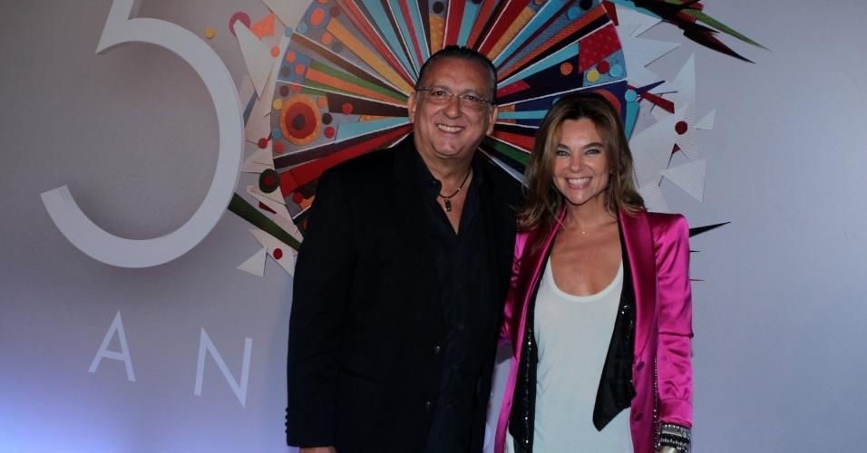 23.abr.2015 - Galvão Bueno posa ao lado da mulher Desirée Soares na chegada ao Maracanãzinho, onde acontece o show de comemoração aos 50 anos da TV Globo