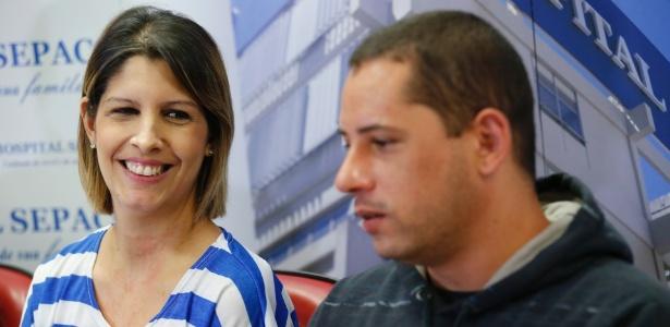 Karina Bárbara Barreira e João Biagi Júnior, pais dos quíntuplos, no hospital Sepaco, na zona sul de São Paulo