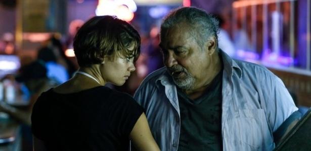 """Em """"Babilônia"""", Alice (Sophie Charlotte) começa a trabalhar como garçonete, mas é assediada por Cadelão (Roberto Bomfim)"""