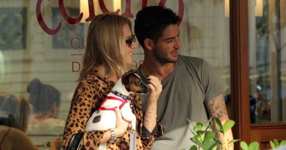 24.abr.2015- Alexandre Pato aproveitou a folga desta sexta-feira (24) para curtir o dia com a namorada Fiorella Matheis, no Rio de Janeiro. Namorando há seis meses, o casal já usa um