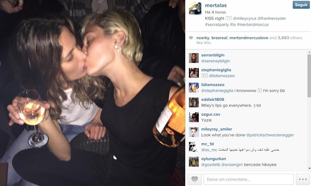 Miley Cyrus foi vista beijando uma amiga em uma festa em Los Angeles, nos Estados Unidos. A foto polêmica, tirada por um amigo da cantora, foi divulgada nas redes sociais. A modelo Cara Delevingne e a socialite Paris Hilton também curtiram o evento
