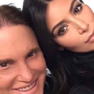 Kim Kardashian posa ao lado do padrasto Bruce Jenner, que se submeteu a uma cirurgia de mudança de sexo