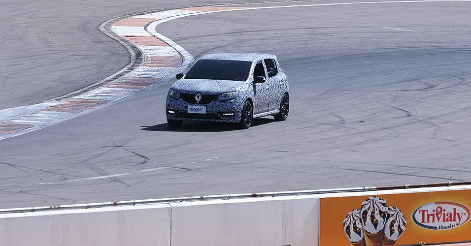 Renault Sandero RS, com acerto, mecânica esportiva e camuflagem, dá voltinha no autódromo de Santa Maria (RS)