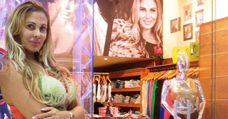Empresária, modelo, musa do carnaval e agora vendedora de roupas. Angela Bismarchi abriu uma loja em um shopping em Niterói, no Rio de Janeiro. Além de gerenciar o estabelecimento, Bismarchi atende clientes, trabalha no caixa e o que mais precisar