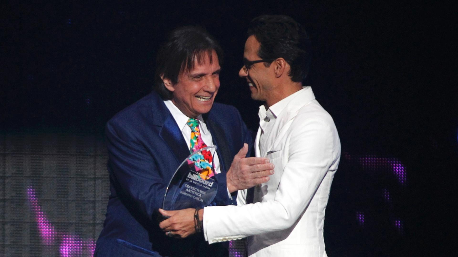 30.abr.2015 - Roberto Carlos recebe do cantor Anthony o prêmio pelo conjunto de sua carreira no Latin Billboard Awards, em Miami