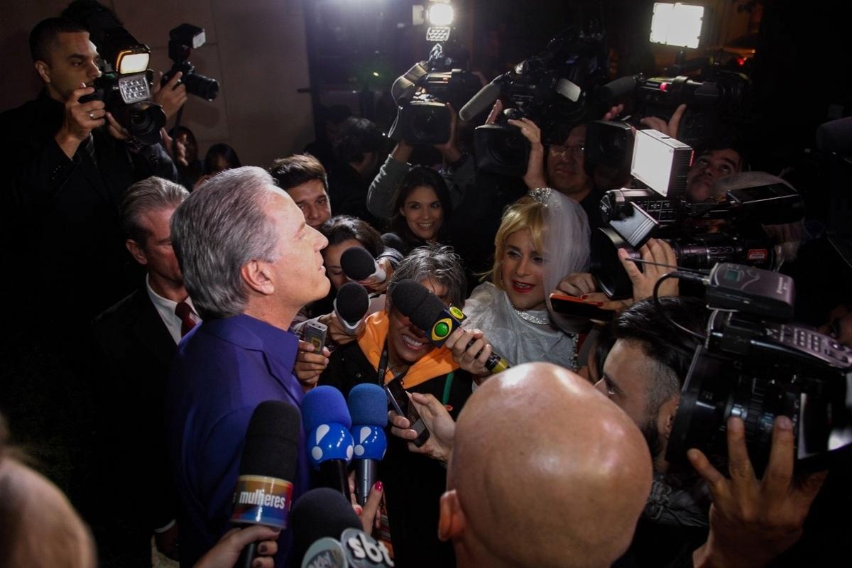 30.abr.2015 - Roberto Justus chega para seu casamento com Ana Paula Siebert no Leopolldo Buffet em São Paulo. Na entrada, ele conversou com os jornalistas