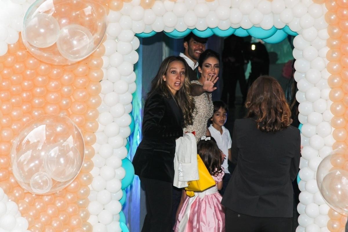 30.abr.2015- Carol Celico e Kaká são simpáticos com os fotógrafos ao chegarem para a festa da filha Isabella em um buffet em São Paulo