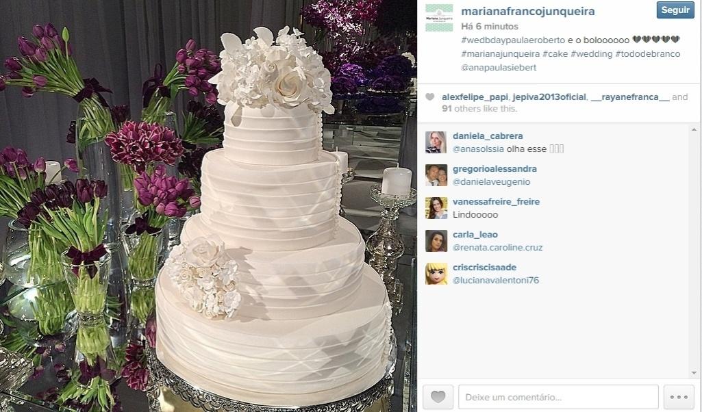 Mariana Junqueira publicou uma imagem do bolo de casamento de Roberto Justus e Ana Paula Siebert, que acontece na noite desta quinta-feira. Ela foi a responsável pela confecção do bolo