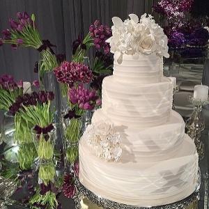 Casamento de Justus tem noiva decotada, ex-mulheres e decoração luxuosa