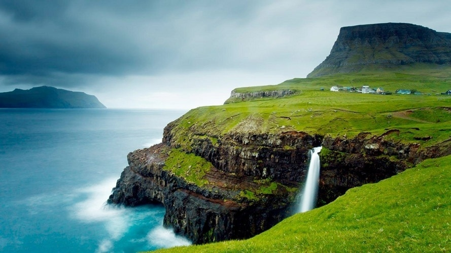http://imguol.com/c/entretenimento/2015/05/01/vila-gasadalur-ilhas-faroe-o-mais-cenico-dos-vilarejos-do-mundo-nao-tem-mais-que-20-habitantes-1430480266987_889x500.jpg