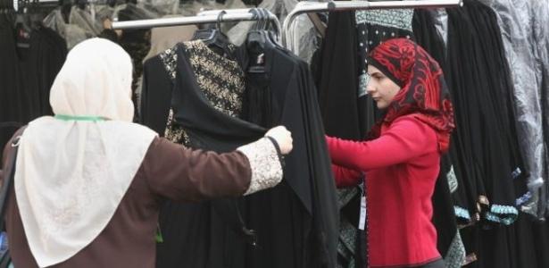 Muçulmanas fazem compra com véu islâmico, adereço proibido nas escolas