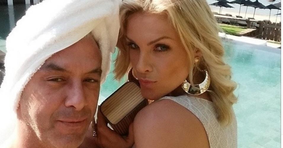 """3.mai.2015 - Com uma toalha enrolada na cabeça, Alexandre Correa, marido de Ana Hickmann, brinca ao lado da apresentadora. """"Momento sultão, mulher é minha quem manda sou eu"""", escreveu o empresário em sua conta do Instagram"""