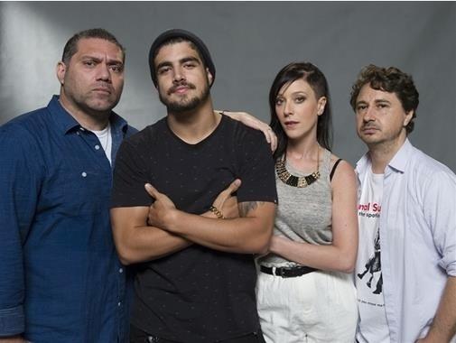Caio Castro entre os atores Márcio Rosário, Caroline Abras e Leandro Daniel