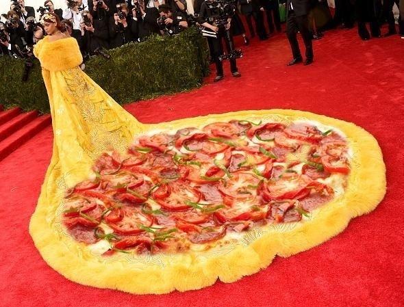 4.mai.2015 - Vestido de Rihanna no MET 2015 é comparado a pizza por internauta no Twitter