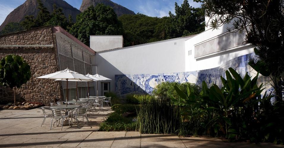 A Burle Marx & Cia fez supervisão do projeto de restauro do painel cerâmico da residência Walter Moreira Salles, na Gávea, Rio de Janeiro. O mural com 87,5 m² (25 m x 3,5 m) tem 4.016 azulejos (15 cm x 15 cm, cada) é de autoria do paisagista Roberto Burle Marx e foi montado na década de 1950. Junto ao espelho d'água, cujo entorno recebeu lírios amarelos