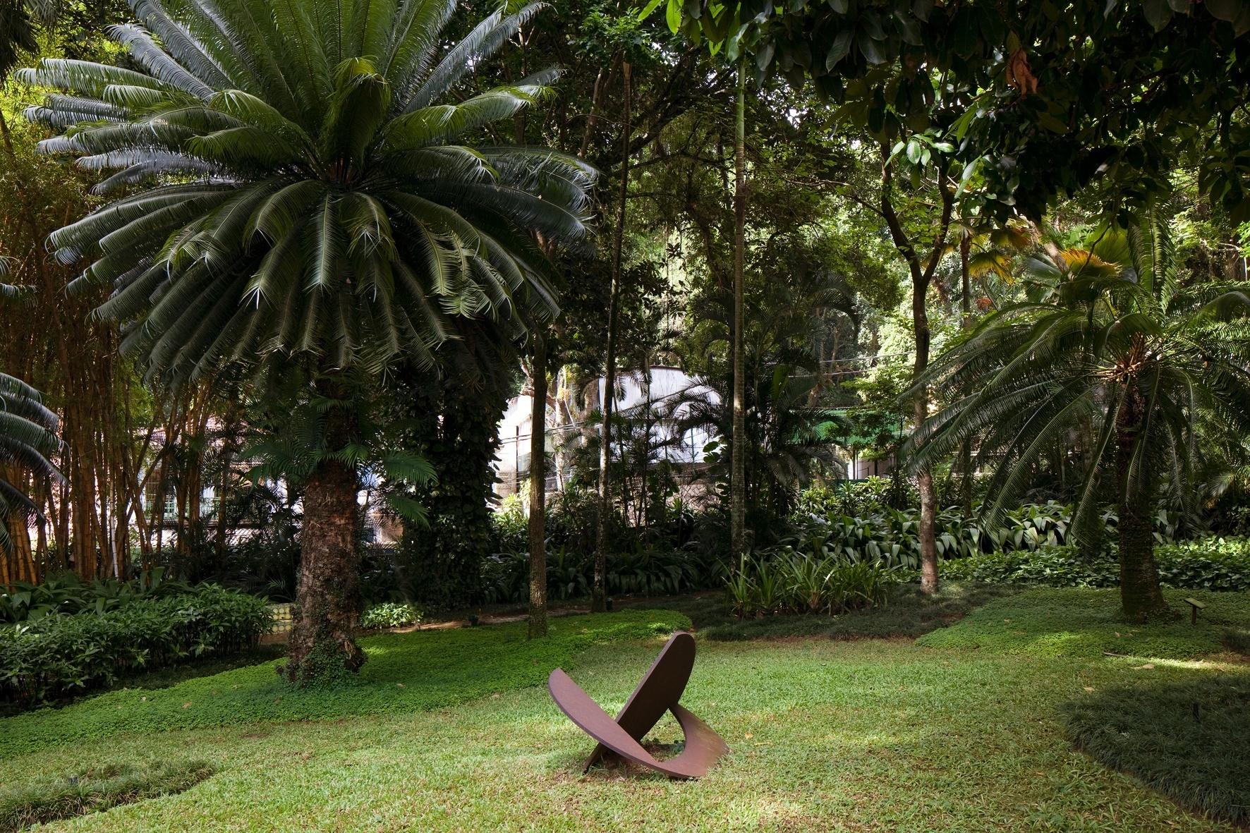 O jardim de entrada da residência Walter Moreira Salles, no Rio de Janeiro, tem área de meia-sombra com canteiros sinuosos compostos de pelo-de-urso e outros tipos de grama. Jaqueiras gigantes, ao lado de jambeiros e do jasmim-manga de flores rosadas são exemplares da Mata Atlântica usados no paisagismo dessa ampla recepção, projetada nos anos 1950 por Roberto Burle Marx