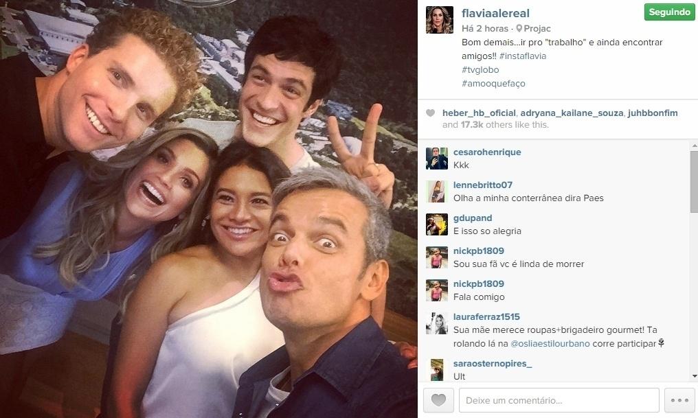 05.maio.2015 - A atriz Flávia Alessandra publicou uma foto em seu Instagram, nesta terça-feira, mostrando seu encontro com Thiago Fragoso e Matheus Solano, intérpretes de Nico e Felix, que deram o primeiro beijo gay em novelas da TV Globo no final de