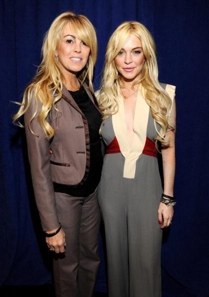 """12.abr.2011 - Louras e estilosas, Dina e Lindsay Lohan devem ouvir frequentemente o gracejo: parecem irmãs! Na imagem, mãe e filha participam da apresentação à imprensa do filme """"Gotti: Three Generations"""""""