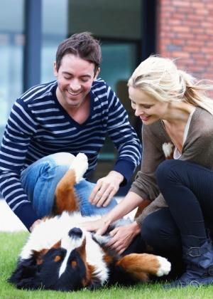 brincando-com-o-cao-no-quintal-1430850412736_300x420 Mudança de lar sem estresse: veja como adaptar cães e gatos à nova casa