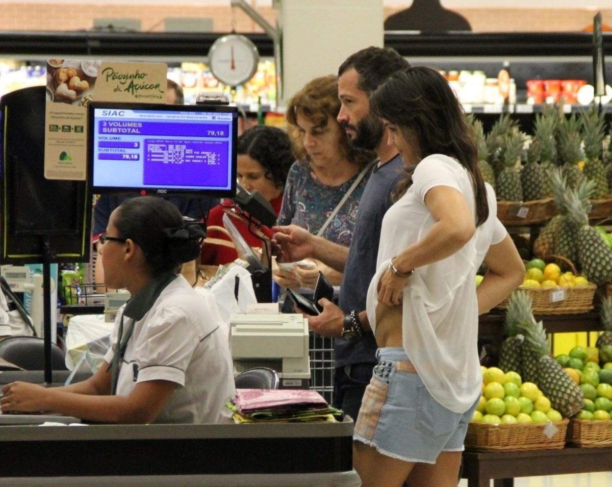 06.mai.2015 - O casal Malvino Salvador e Kyra Gracie mostrou que é gente como a gente e aproveitou para ir ao supermercado, na tarde desta quarta-feira. Mesmo sendo conhecidos do grande público, eles não ligaram de aguardar a vez na fila do caixa