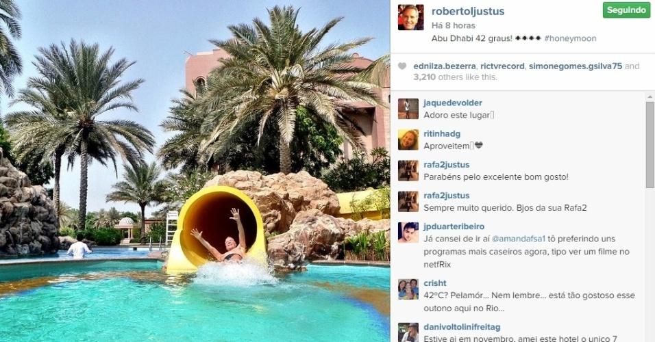 07.mai.2015 - Como o calor estava forte, 42 graus de acordo com Roberto Justus, o casal aproveitou para cair na piscina