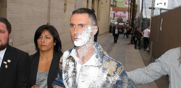 """O cantor Adam Levine, do Maroon 5, foi atacado com uma """"bomba de açúcar"""""""
