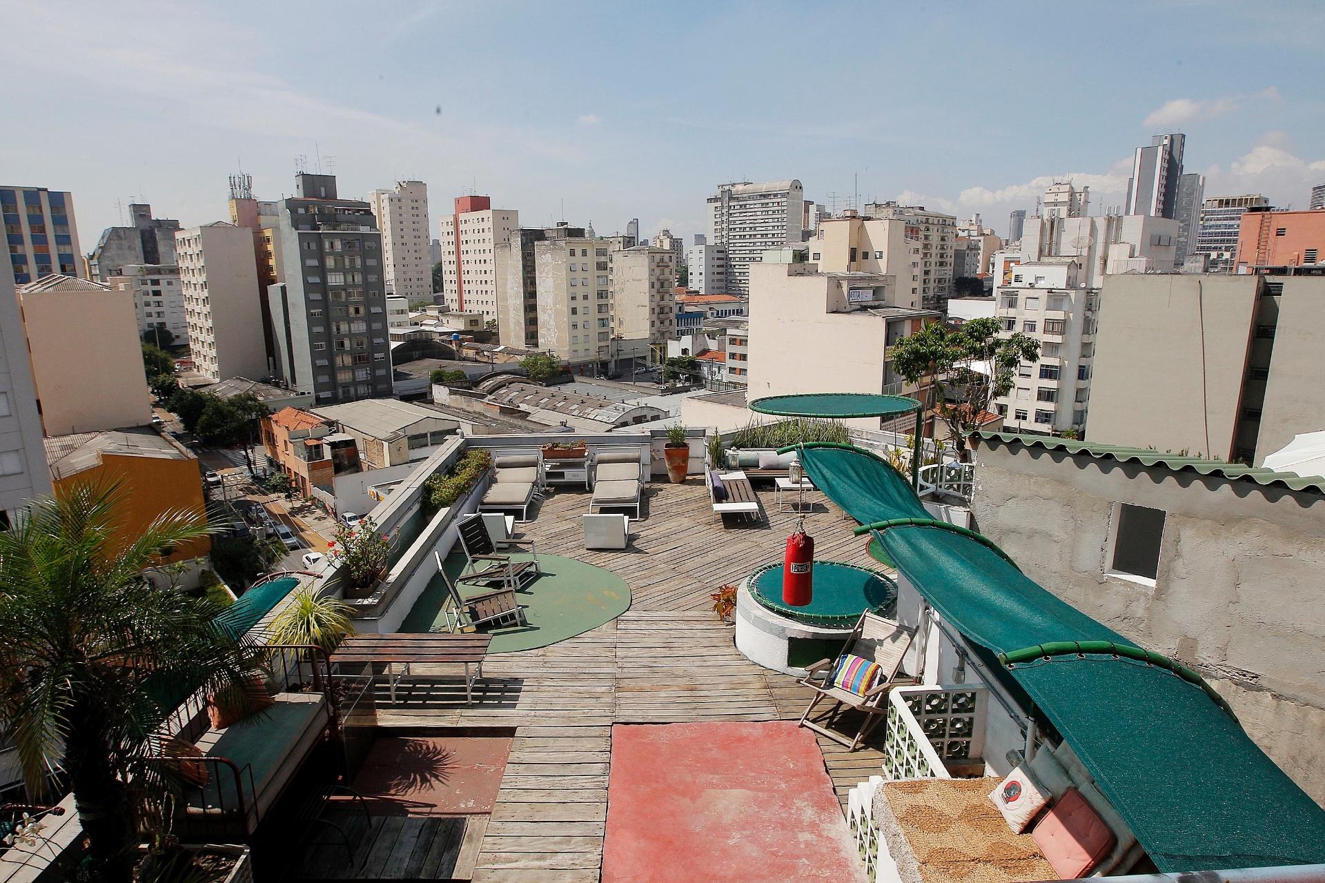 Vista do terraço (e do centrão de São Paulo), à partir da sala de estar construída com contêineres reaproveitados, no apê do ator Nico Puig