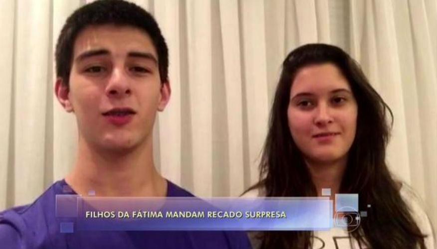 8.mai.2015 -  Os trigemêos Beatriz, Laura e Vinícius --apenas dois apareceram-- homenagearam Fátima Bernardes às vésperas do