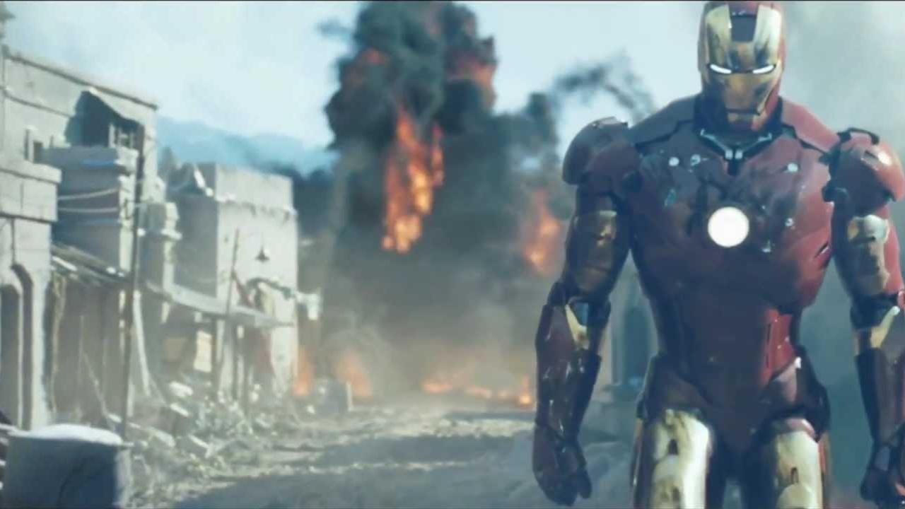Homem de Ferro sai caminhando de campo de batalha após derrotar terroristas, em cena de
