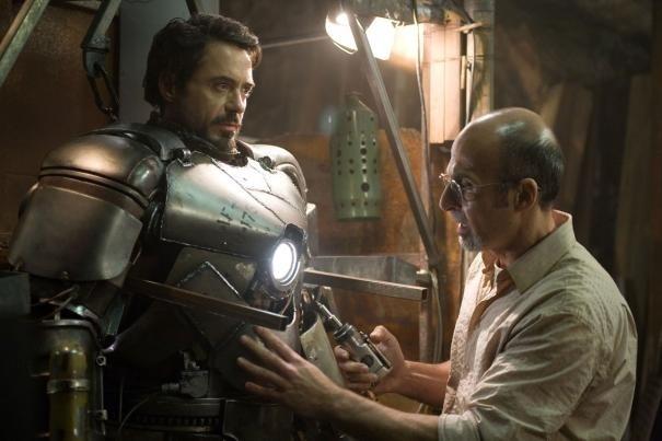 Robert Downey Jr como Tony Stark e Shaun Taub como Yinsen, em cena de