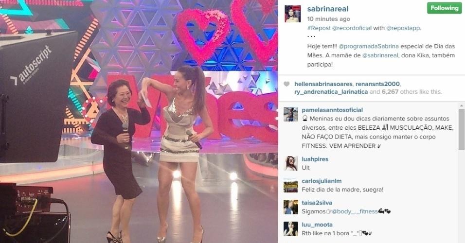 9.mai.2015 - A apresentadora Sabrina Sato postou uma foto com a sua mãe, que participa de um quadro em seu programa de TV na Record