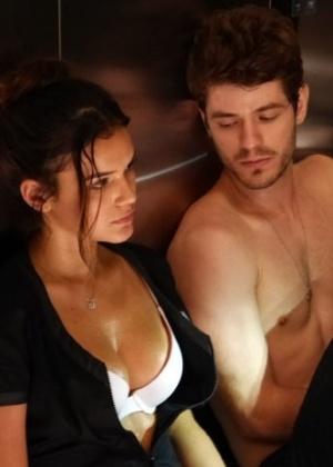 Os dois ficam presos no elevador da empresa