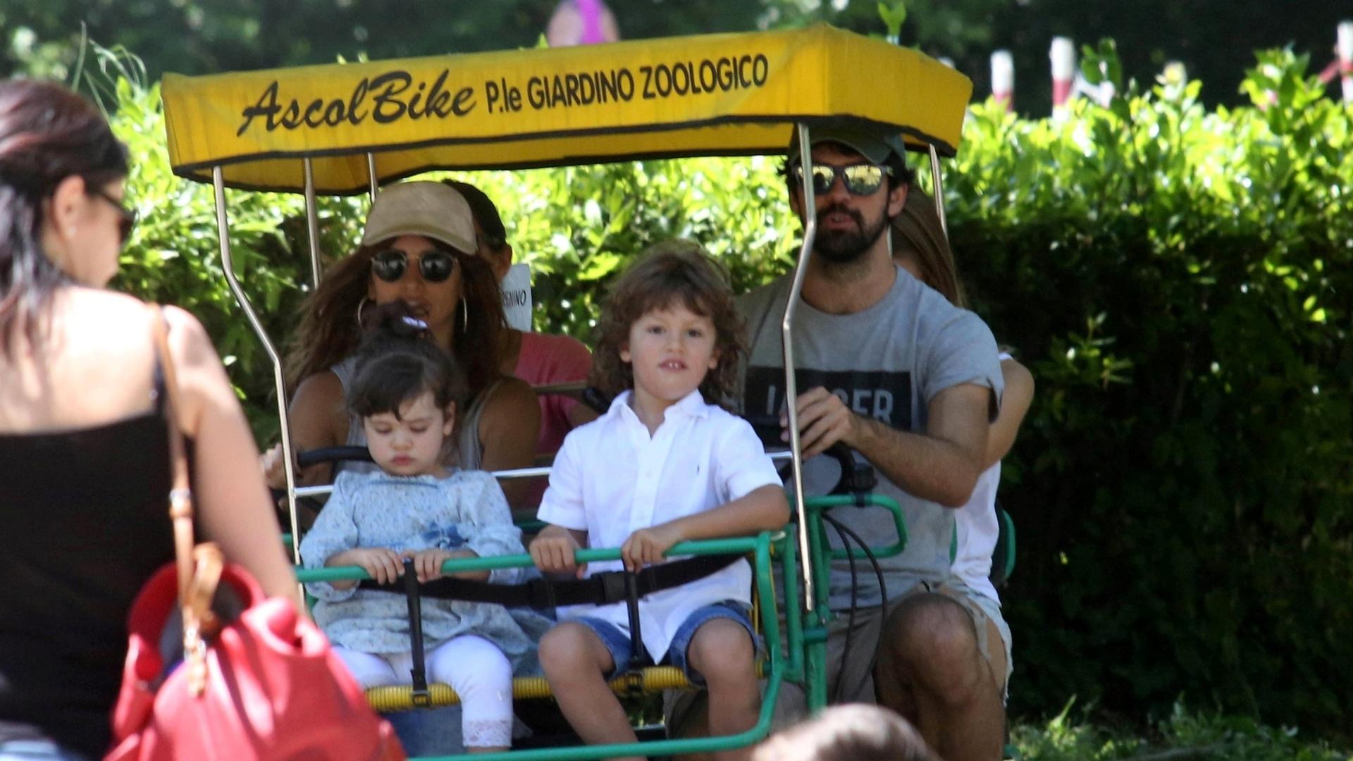 11.mai.2015 - Penélope Cruz aproveitou o domingo (10) de Dia das Mães para levar os filhos -- Leonardo, de quatro anos, e Luna, de um -- para se divertirem no parque Villa Borghese, em Roma. Ela está na capital italiana trabalhando nas filmagens de